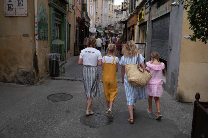 Kimi Grace Sam Lily walking and shopping in Isle Sur la Sourgue August 2018
